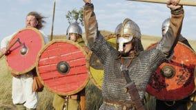 Руководитель армии воодушевляет его ратников с речью сражения и поднимает шпагу сток-видео