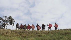 Руководитель армии дуя в рожок воодушевляет его ратников с речью сражения сток-видео
