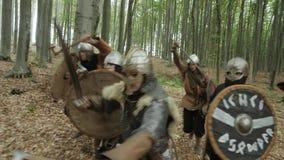 Руководитель воодушевляет его Викинга с речью сражения и поднимает шпагу во время атаковать сток-видео