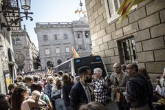 Руководитель Испании Каталонии Барселоны свободы и независимости митингов протеста говоря на трибуне в толпе людей Стоковые Изображения