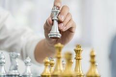 руководитель победы и концепция успеха, игра бизнесмена принимают диаграмме мата другого короля с командой на шахматной доске и стоковые изображения rf