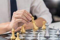 руководитель победы и концепция успеха, игра бизнесмена принимают диаграмме мата другого короля с командой на шахматной доске и стоковое изображение