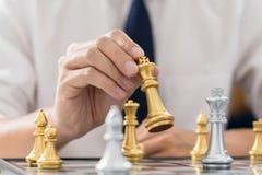 руководитель победы и концепция успеха, игра бизнесмена принимают диаграмме мата другого короля с командой на шахматной доске и стоковые изображения