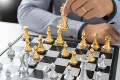 руководитель победы и концепция успеха, игра бизнесмена принимают диаграмме мата другого короля с командой на шахматной доске и стоковое фото rf