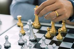 Руководитель победы и концепция успеха, игра бизнесмена принимают диаграмме мата другого короля с командой на шахматной доске и стоковая фотография