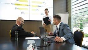 Руководитель фирмы представляя новую стратегию управления клиента к проектной группе в замедленном движении акции видеоматериалы