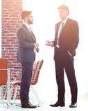 2 руководителя бизнеса говоря о деле в офисе Стоковое Изображение