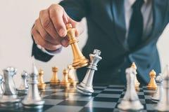 Руководство бизнесмена играя план стратегии шахмат и мысли стоковые фото