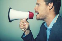 Руководство дела - бизнесмен с мегафоном стоковое изображение