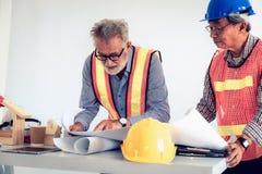 Руководящая группа руководства проектом инженеров и архитекторов строгая brai стоковая фотография rf