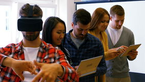 Руководители бизнеса используя цифровые шлемофоны таблетки, мобильного телефона и виртуальной реальности сток-видео