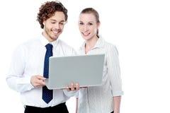 Руководители бизнеса работая на компьтер-книжке Стоковое фото RF