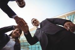 Руководители бизнеса формируя стог руки Стоковые Изображения