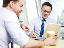 Руководитель бизнеса 2 говоря в офисе Стоковое Изображение