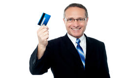 Руководитель бизнеса держа кредитную карточку Стоковые Фото