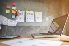 Руководитель бизнеса делая представление к коллегам в офисе, стоковая фотография rf