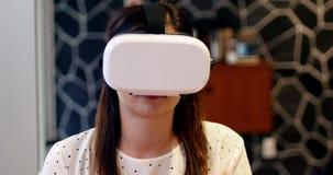 Руководитель бизнеса используя шлемофон виртуальной реальности сток-видео