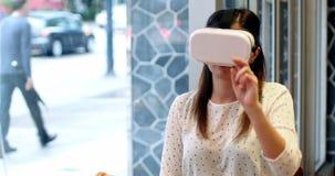Руководитель бизнеса используя шлемофон виртуальной реальности видеоматериал
