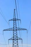 Руководства и линии высокого напряжения поддержки Стоковое фото RF