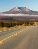 Руководства шоссе на ландшафте горы Аляски дороги глуши Стоковая Фотография