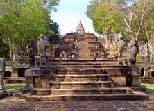 Руководство лестницы Naga до Prasat Hin Phanom звенело старый висок кхмера, Таиланд стоковая фотография