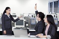 Руководство женского работника встреча в офисе Стоковая Фотография RF