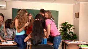 Руководство студентов обсуждает проблему совместно в классе сток-видео