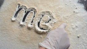 Рукописное ` мяса ` надписи сделано с мукой на темной поверхности кухни сток-видео