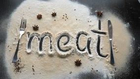 Рукописное ` мяса ` надписи сделано с мукой на темной поверхности кухни видеоматериал