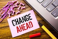 Рукописное слово изменения показа текста вперед красное Концепция дела для изменений будущего написанных на розовой липкой бумаге Стоковая Фотография RF