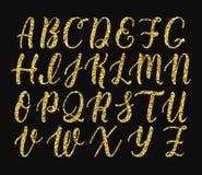 Рукописный латинский сценарий щетки каллиграфии прописных букв Алфавит яркого блеска золота вектор бесплатная иллюстрация
