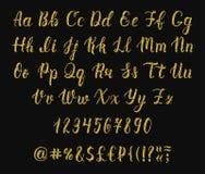 Рукописный латинский сценарий щетки каллиграфии с номерами и символами Алфавит яркого блеска золота вектор бесплатная иллюстрация