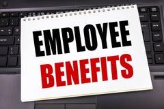 Рукописный текст показывая вознаграждения работникам Сочинительство концепции дела для карьеры компенсации написанной на бумаге п стоковая фотография rf