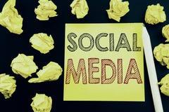 Рукописный текст показывая социальные средства массовой информации Сочинительство концепции дела для средств массовой информации  стоковые изображения rf