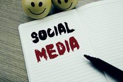 Рукописный титр текста показывая социальные средства массовой информации Сочинительство концепции дела для средств массовой инфор стоковое изображение