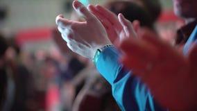 Рукоплескание конференции аудитории семинара, руки группы в составе бизнесмены аплодируя близко вверх тренер встречи тренируя акции видеоматериалы