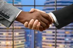 Рукопожатие Афро и кавказских бизнесменов Стоковые Фото