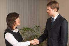 Рукопожатие бизнесмена и женщины в офисе Стоковые Изображения