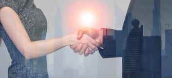 Рукопожатие бизнесмена и коммерсантки в городе за стеклянным запретом Стоковое Изображение