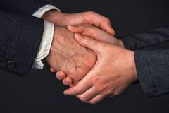 Рукопожатие бизнесмена и коммерсантки в офисе Стоковое фото RF