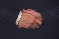 Рукопожатие бизнесмена и коммерсантки в офисе Стоковая Фотография