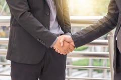 Рукопожатие бизнесмена на городе вне офиса Стоковое фото RF