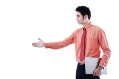 Рукопожатие бизнесмена предлагая с кто-то Стоковые Изображения RF