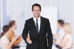 Рукопожатие бизнесмена предлагая Стоковое Изображение RF