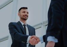 Рукопожатие 2 бизнесменов в офисе Стоковые Фотографии RF