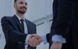 Рукопожатие 2 бизнесменов в офисе Стоковая Фотография