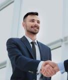 Рукопожатие 2 бизнесменов в офисе Стоковое Фото