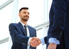 Рукопожатие 2 бизнесменов в офисе Стоковое фото RF