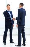 Рукопожатие 2 бизнесменов в офисе Стоковое Изображение RF