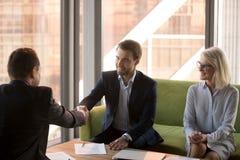 Рукопожатие бизнесменов закрывая успешную коммерческую сделку после резюмировать стоковая фотография rf